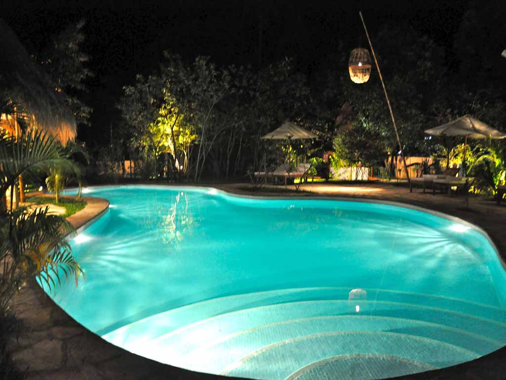 Le flamboyant resort kep hotel de luxe bungalows for Hotel barcares avec piscine